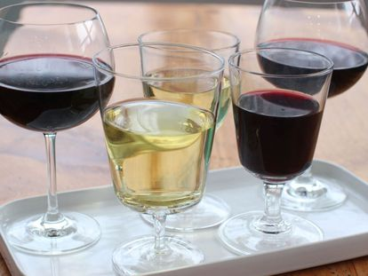 Cada taça de vinho representa uma unidade de álcool.
