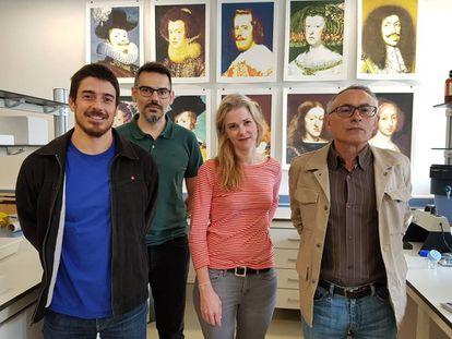 Da esquerda para a direita, os geneticistas Francisco Ceballos, Román Vilas e Gonzalo Álvarez, juntamente com a artista norte-americana Michelle Vaughan.