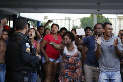 Moradores protestam após a morte da estudante Maria Eduarda Alves da Conceicao, de 13 anos, morta por balas perdidas na própria escola onde estudava.