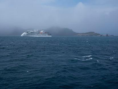Navio de cruzeiro diante de Hannah Point, uma das ilhas da Antártida.