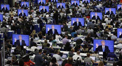 Imagem de Trump nas telas no centro de imprensa durante o debate presidencial na Universidade de Hofstra.