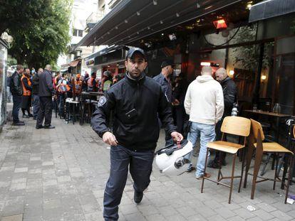 Policiais e serviços de emergência em Tel Aviv.