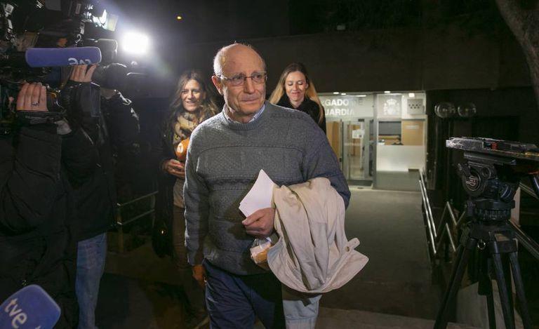 Ángel Hernández sai em liberdade depois de prestar depoimento por um crime de cooperação ao suicídio.