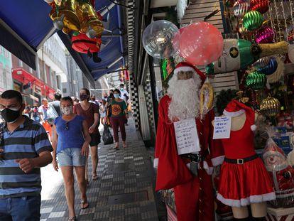 Pessoas se aglomeram na Ladeira Porto Geral, em São Paulo, antes do Natal.