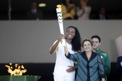 A presidenta Dilma e a atleta Fabiana seguram a tocha olímpica.