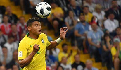 O zagueiro Thiago Silva tira a bola no jogo entre Brasil e Suíça.