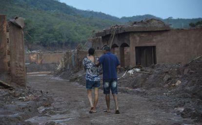 Moradores voltam ao vilarejo de Bento Rodrigues depois da tragédia.