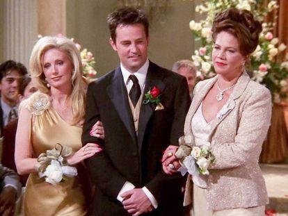 Chandler Bing, interpretado por Matthew Perry, em seu caminho para o altar apoiado por sua mãe e seu pai.