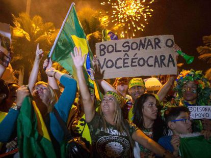 Partidários de Bolsonaro comemoram sua vitória no domingo no Rio de Janeiro. Em vídeo, primeiros protestos no Brasil depois da vitória de Bolsonaro.