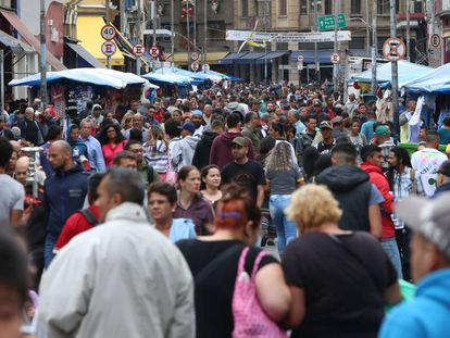 Movimento na Rua 25 de Março as vésperas do Natal.