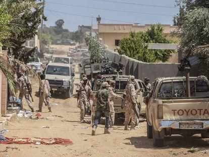 Brigadas leales al gobierno de unidad lanzan una ofensiva sobre el aeropuerto de Tripoli (Libia).