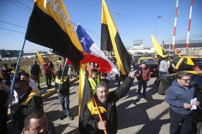 Um grupo de taxistas bloqueia o acesso ao aeroporto de Santiago.