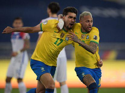 Neymar comemora o gol brasileiro com Lucas Paquetá.