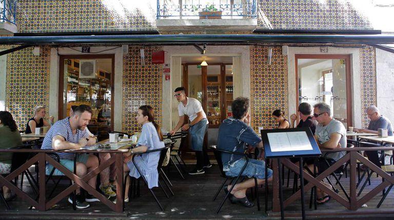 Terraço do restaurante Pão de Canela, na Praça das Flores (Lisboa)