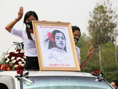 Birmanesas seguram um retrato de Mya Thwate Thwate Khaing, uma manifestante morta a tiros por policiais durante os protestos em Mianmar, durante o cortejo fúnebre da jovem, em 21 de fevereiro.