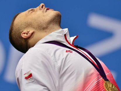 O alterofilista polonês Adrian Zielinski, afastado da Rio 2016, comemora o ouro em 2012, nos Jogos de Londres.