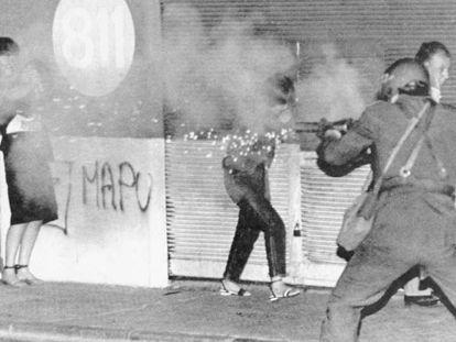 Policiais chilenos disparam bombas de gás lacrimogêneo contra manifestantes opositores à ditadura de Pinochet, em 18 de novembro de 1983.