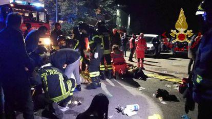 Pessoal de emergências atende às vítimas da estampida em Corinaldo.