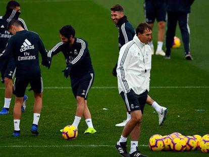 Julen Lopetegui no primeiro plano durante treino do Real Madrid.