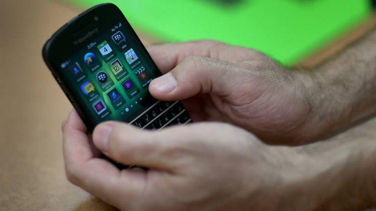 Usuário usa um smartphone