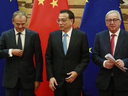 O primeiro-ministro chinês, Li Keqiang, com o presidente do Conselho Europeu, Donald Tusk, e o da Comissão Europeia, Jean-Claude Juncker. Em vídeo, declarações de Tusk.