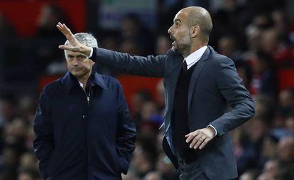 Próximo de Mourinho, Guardiola gesticula durante o jogo.