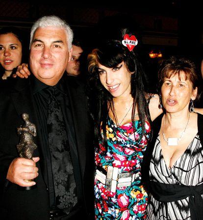 A cantora posa com seus pais, Mitch e Janis, em Londres em 2008.