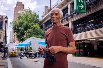 Joe Ligon, solto depois de 68 anos atrás das grades, na quarta-feira em uma rua de Filadélfia.