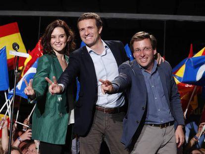 Isabel Díaz Ayuso, Pablo Casado e José Luis Martínez-Almeida, neste domingo na sede do PP.