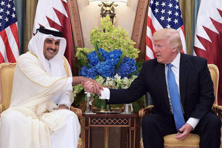 Trump troca aperto de mão com o emir do Catar, o xeque Tamim, em sua visita à capital saudita, em 21 de maio.