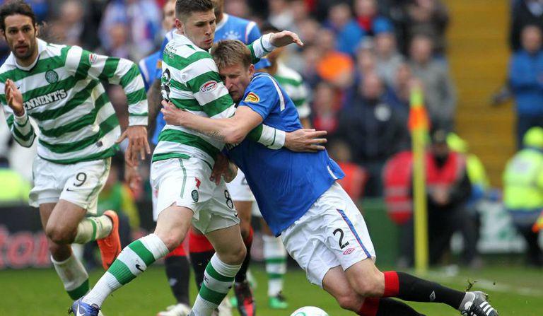 Jogadores disputam a bola no clássico entre Celtic (verde) e Rangers (azul), no último mês de abril pela Copa da Escócia.