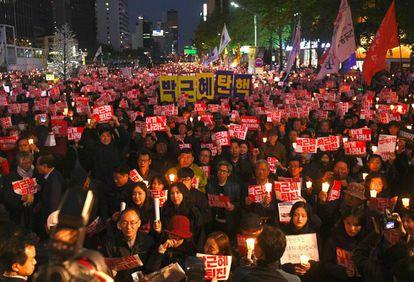 Manifestantes exigem a demissão da presidenta Park, no sábado.
