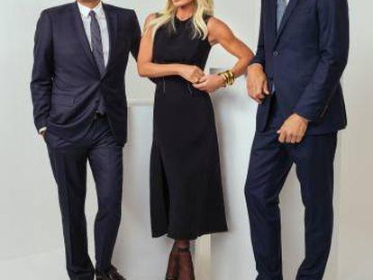 Jonathan Akeroyd, executivo-chefe da Versace, com Donatella Versace e John D. Idol, o responsável pela Michael Kors
