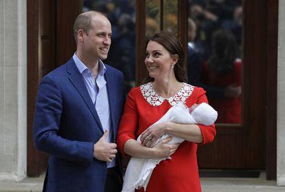 O príncipe William e Kate Middleton, a duquesa de Cambridge, deixam o hospital com o terceiro filho do casal.