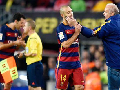 Mascherano é consolado após expulsão contra o Eibar.