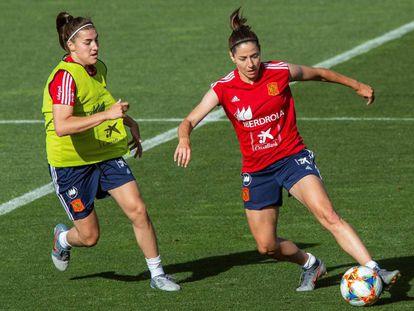 Patri Guijarro (esquerda) e Vicky Losada em um treinamento da seleção espanhola.