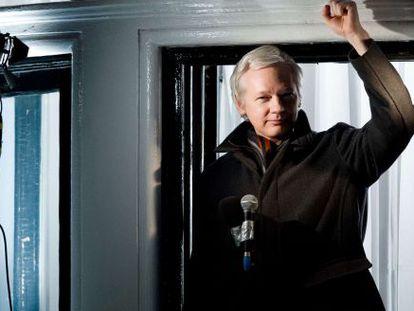 Assange em um pronunciamento feito na embaixada, em 2012.