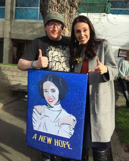 Ardern com o artista Sam Sharpe, que a transformou na princesa Leia.