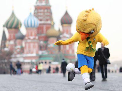 Mascote da seleção, canarinho visita a Praça Vermelha em Moscou, capital russa.