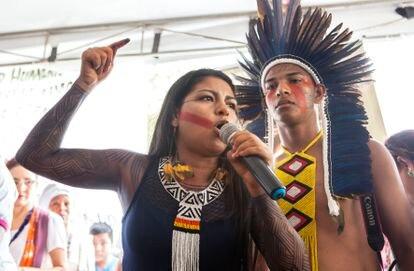 Juma Xipaya defende os povos da floresta e desperta a ira dos grileiros no encontro Amazônia Centro do Mundo, em 18 de novembro, em Altamira. Ao seu lado, Mitã Xipaya, jovem liderança indígena.