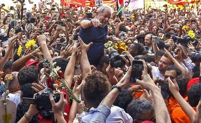 Lula é carregado por apoiadores após discursar, horas antes de se entregar à polícia.