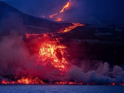 La colada de lava proveniente del volcán de La Palma se precipita por acantilado de 100 metros, este miércoles.