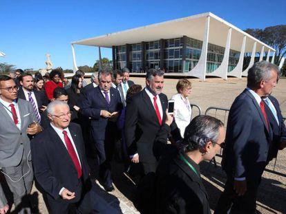 Deputados vão ao Supremo Tribunal Federal para falar com Dias Toffoli sobre a transferência de Lula.