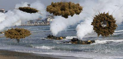 Dois tanques de guerra anfíbios da marinha sul-coreana.