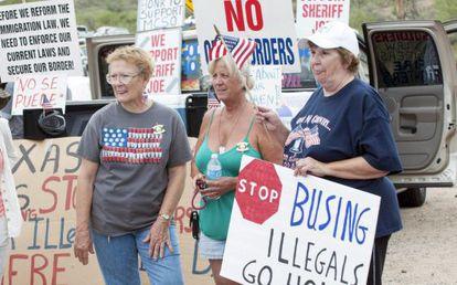 Protestos no Arizona contra a chegada de menores indocumentados.