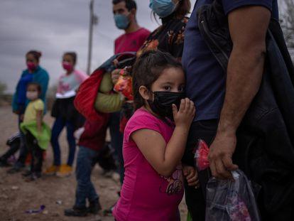 Menina hondurenha espera com outros migrantes para ser transportada no Texas depois de cruzar o Rio Grande ilegalmente, em 14 de março.