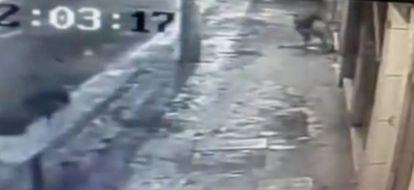 Momento da agressão gravado por uma câmara de segurança.