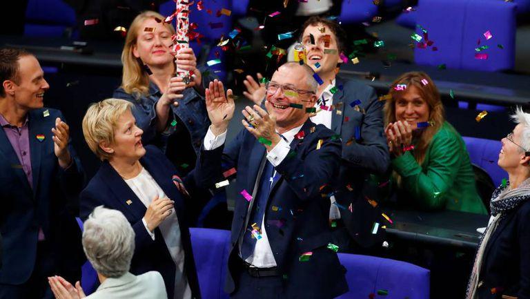 Deputados do Partido Verde comemoram a aprovação do casamento gay na Alemanha.