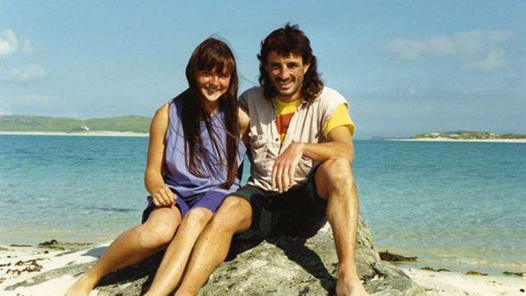 A ativista Helen Steel e o policial John Dines, fotografados quando eram namorados.