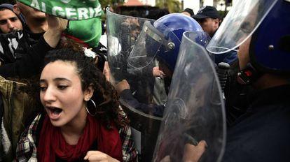 Protesto de estudantes argelinos contra o presidente Abdelaziz Bouteflika, em Argel.
